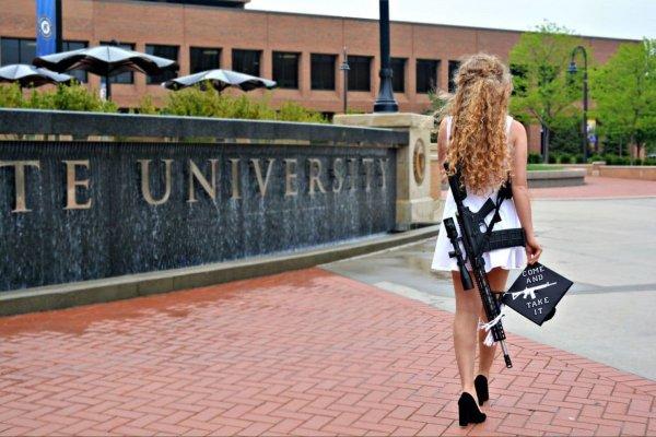 В США девушка необычной фотосессией требовала вооружить студентов штата Огайо