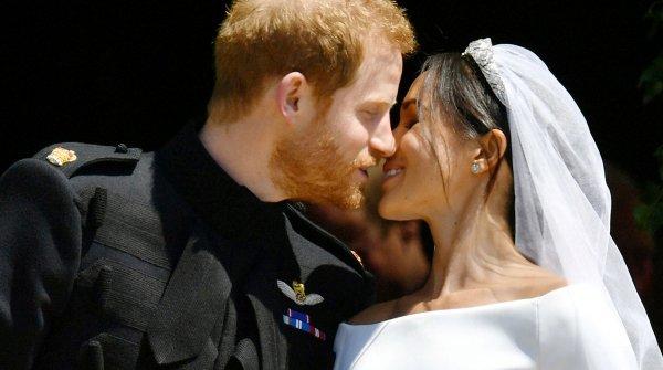 Интернет умилился первым супружеским поцелуем Меган Маркл и принца Гарри