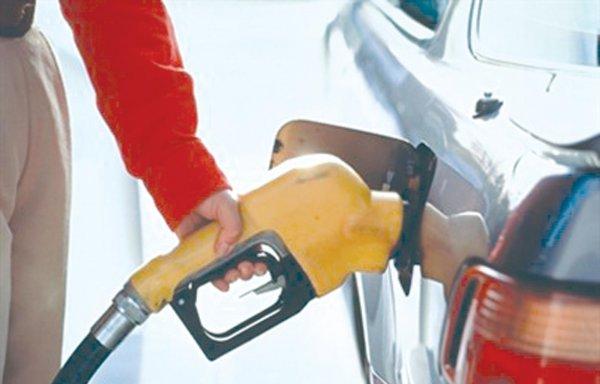 Мужчина пожаловался на бензин, который разъел бензобак в его машине