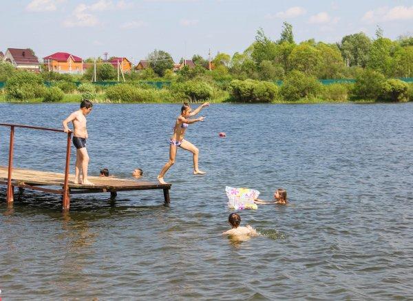 Московский врач рассказал как уберечь себя во время купания в холодных водоемах