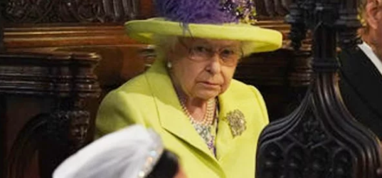 Психолог объяснила недовольный взгляд Елизаветы II на свадьбе принца Гарри и Меган Маркл
