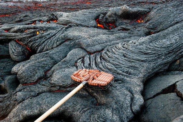На Гавайях на вулканической лаве местные жители начали жарить зефир и сосиски