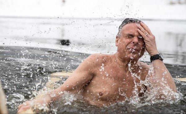Посол США в России заявил, что в купании в проруби он превзошел Путина