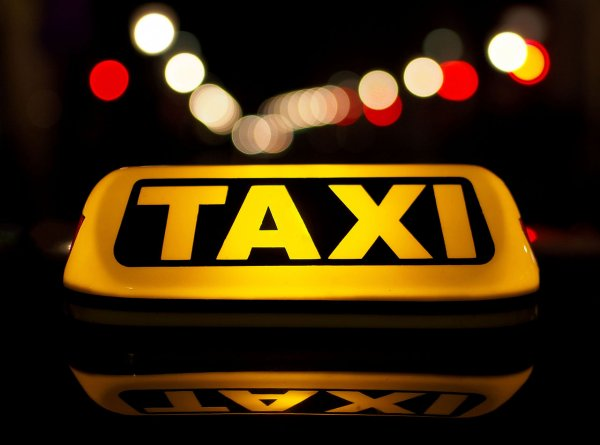 Приложение подсчитало размер чаевых таксистов в России