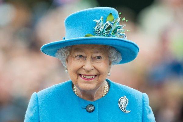 92-летней королеве Великобритании Елизавете II удалили катаракту