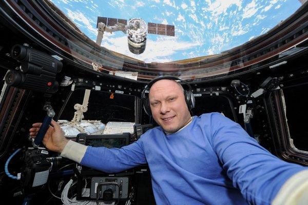 Астронавт Артемьев с МКС поздравил сограждан с Днем России