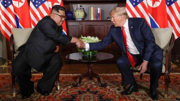 Оператор и фотограф едва не подрались возле «Зверя» Трампа на саммите США-КНДР