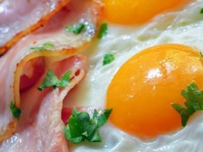 Диетологи рассказали, с чем не нужно сочетать яичницу на завтрак