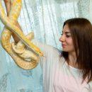 Две воронежские школьницы организовали фотосессию с опасными змеями