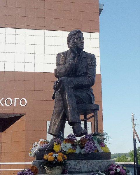 Людям свойственно подражание: Жириновский обвинил Роберта Рождественского в пропаганде курения