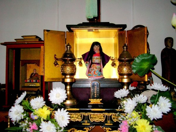В Японии у мистической куклы Окику постоянно прорастают волосы