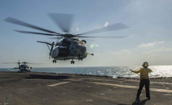 Под Новосибирском военные посадили вертолет на дорогу