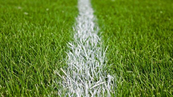 Африканский футболист ударил пяткой в лицо и наступил на ногу противнику в матче