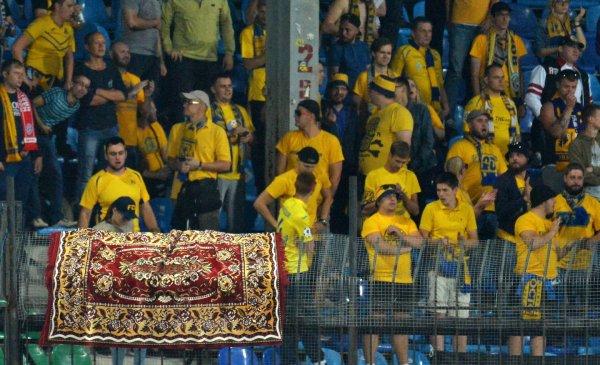 По-домашнему: Фанаты «Ростова» вывесили на матче против «Арсенала» ковер