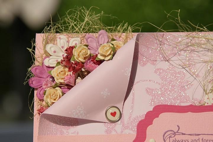 Гармоничный тандем: букет любимых цветов и открытка ручной работы