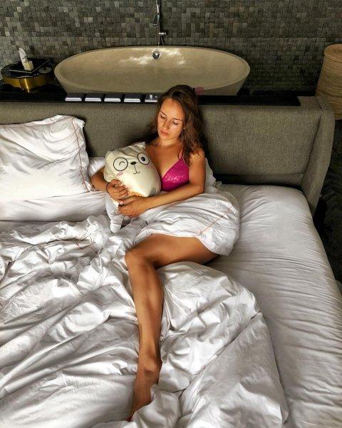Российская керлингистка обнародовала «постельный» снимок с игрушкой