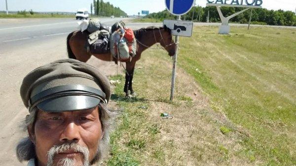Китайский путешественник на лошади доскакал до Саратова