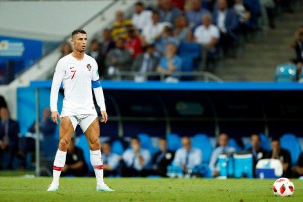 ЧМ-2018: Криштиану Роналду высмеяли пользователи Сети за странную привычку показывать голые ноги