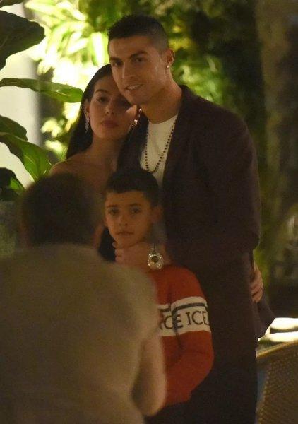 Роналду развлекался на ночном свидании с малолетним сыном