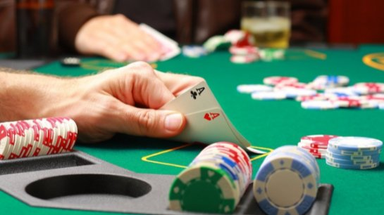 Почему покер не является скучной карточной игрой?